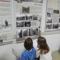 A Bujaleuf, en décembre 2015, les scolaires de CM1-CM2 enquêtent sur la guerre de 14-18 en recherchant des informations dans les panneaux d'exposition.