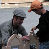 Visite Les maisons de Saint-Léonard-de-Noblat : construction d'une maquette d'arcs pour différencier arc en plein-cintre et arc brisé