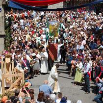 Les Ostensions 2009 - Sortie des châsses-reliquaires de la collégiale - Saint-Léonard-de-Noblat - Photo Michel DEFAYE