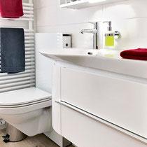 Toilette, Waschbecken, Hahnen und Ablage – Badumbau Reinach BL