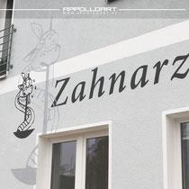 Zahnarztpraxis Logo und Schriftzug an der Fassade