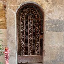 Casa Gibert, detall de la porta del magatzem. 2012. Fotografia: Deosringas (Viquipèdia)
