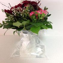 4- den Blumenstrauß in den Wasserbehälter einführen