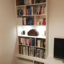 Boekenkast met tv-meubel en verlichting