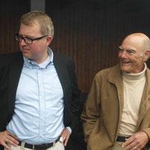 """MdB Frank Schäffler und Dietmar Flömer (stellv. Vorsitzender) vom """"Blauen Kreuz"""" in Eilshausen schauen gespannt zu"""