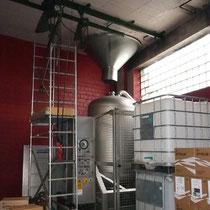 搾汁機。ブドウから果汁を絞り出す機械。