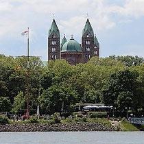 Blick auf den Speyerer Dom von der gegenüberliegenden Rheinseite
