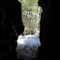 Ausblick durch einen Wasserfall im Luisenpark Mannheim