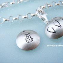 Taufarmband mit Mini-Medaillon, Kreuz, Name (aussen zur Wahl: Schutzengel, Schutzengelflügel oder Marienkäfer)