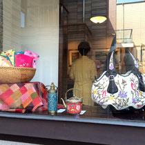 窓際には新作のポーチやヴィンテージの陶器をディスプレイ。