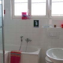 Mehr als ein Messezimmer in Hannover - Bad mit Dusche und Badewanne in einem Messehaus über 4yourfairs