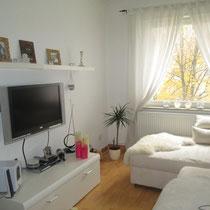 Mehr als ein Messezimmer in Hannover - Wohnzimmer mit TV in einem Messeaparment über 4yourfairs