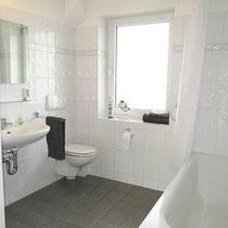 Messewohnungen in Hannover - Bad mit Dusche und Badewanne in einer Messewohnung über 4yourfairs