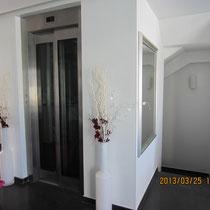Ascenseur et escalier d'accès dans l'entrée principale