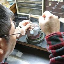とっても小さいダイヤも彫模様を入れながらセッティングします