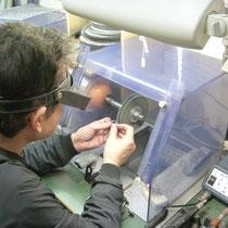 回転している布に研磨剤をつけてピカピカに光沢を出します