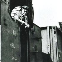 Machinist Koekoek op het rangeerterrein met stoomlocomotiet 8818