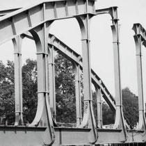 In 1986 werd er een enorme brede scheur ontdekt in deze brug, vermoedelijk ontstaan door het vele (vracht)verkeer. Renovatie bleek te duur en in 1990 werd de brug gesloopt, en vervangen door een bredere nieuwe spoorbrug