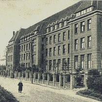 n 1973 werd het huis afgekeurd voor bejaarden en is het gesloopt.  Een nieuw bejaardenhuis 'Op de Toren', tevens een stichting, werd gebouwd.