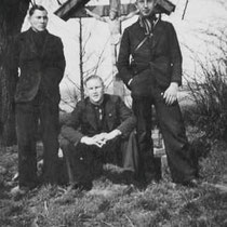 """v.l.n.r. Henk Bloebaum, Frans Merckx en Wim Hermans, bij """"Nuther Kruus"""" in 1941  Met dank aan Henk Bloebaum jr."""
