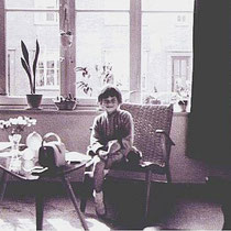 Ellen Wijers in haar woning aan de Hiltostraat in 1957
