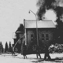 """Op de ochtend van dinsdag 6 maart 1962 (carnavalsdinsdag) is er brand ontstaan in de voormalige """"tiendschuur"""" deze was in gebruik door de Enkabé voor opslag van levensmiddelen."""