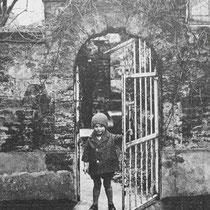 de jongste zoon is van Ir. Janssen bij een poort van 'De Dael'  (met dank aan Hein Leunissen)