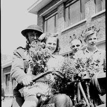Bevrijding vieren op de motor van een Engelse militair , voor drukkerij Tillmans in de Raadhuisstraat