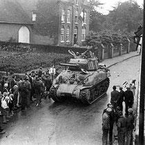 """De eerste Sherman tanks van de """"Blauwe Poolberen"""" onderdeel van de """"Old Hickory"""" divisie komen op zaterdag , 8 september 1944 vanuit terstraten, het centum van Nuth binnen"""