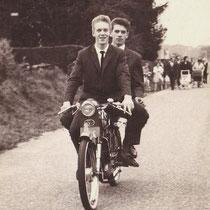 """Wiel Hoogeveen uit de Barbarastraat, op zijn R.A.P. """"buikschuiver"""" tijdens de winterkermis '61"""