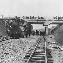 """Opening van het Mijnspoor Nuth-Staatsmijn Maurits in 1917  De stoomloc met enkele wagons met genodigden, staat hier onder de nieuwe (betonnen) spoorbrug voor het mijnspoor De """"ijzeren brug"""" wordt pas in 1933 links van deze brug gebouwd"""