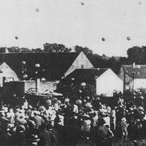 Op de achtergrond de Nuinhof, tijdens een feestdag met een ballonnenwedstrijd voor de jeugd   In 1934 wordt de Nuinhof afgebroken om plaats te maken voor de nieuwe autoweg, op de plek ligt nu het viaduct in de Nuinhofstraat