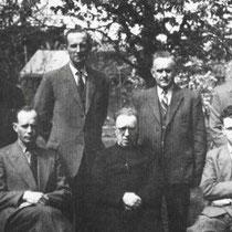Het bestuur van de R.K. Mijnwerkersbond afd. Vaesrade  Zittend v.l.n.r. Math Habets, pastoor M. Werry, Jan Waltmans  Staand .v.l.n.r Henk Kelderman, Willen van Kesteren, Jup Lindelauf, Piet Heijnen,