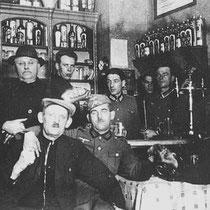 Dat het niet altijd kommer en kwel was tussen de Duitse bezetter en de Limburgse bevolking, blijkt wel uit bovenstaande foto. In café Giel Harst in de Raadhuisstraat in Nuth drinken zij gezamenlijk een borreltje en of biertje