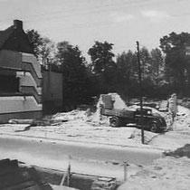 De afbraak van een woning aan de Nuinhofstraat, om zo plaats te maken voor het viaduct aldaar