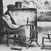 Een fotograaf van De Spaarnestad heeft de markante dorpsbewoner op 4 juni 1937 uitvoerig geportretteerd.  Op deze foto zit hij bij het spinnenwiel