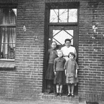 Mevr. Koopmans met v.l. dochters Anna en Troutje en vriendinnetje Johanna Florax