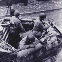 "Sherman tanks ""rollen"" de Kerkstraat af."