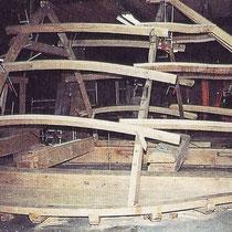 Het monteren van de kapconstructie in de werkplaats, van Gebr. Adriaans te Weert