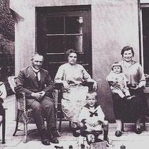 De familie Leunissen voor hun huis aan de Stationstraat, die moet wijken voor het viaduct van de snelweg A76