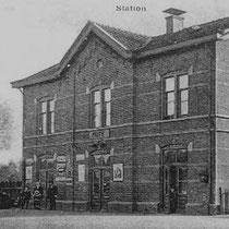 """De eerste stationschef van Nuth is de belg Willem Guffens, hij woonde met zijn gezin 15 jaar boven de """"statie""""  In 1911 werd hij opgevolgd door de Maastrichtenaar Eli Dubois. In 1916 komt de Groninger Jacob Jonker boven het station wonen"""