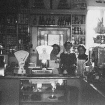 De familie in hun winkel in aan de Hommerterweg