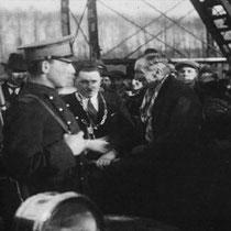 De oficiële ingebruikname van de brug, door burgemeester Starmans samen met oud-burgemeester Beckers