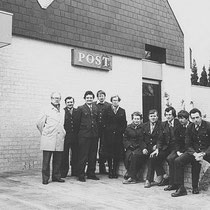 Personeel en postbestellers van het PTT Postkantoor in de Wilhelminastraat