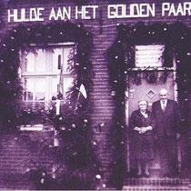 Het gouden bruidspaar voor hun versierde woning in de St Bavostraat 78 in de vijftiger jaren