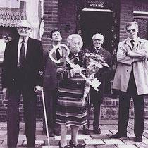 Sleuteloverdracht na de eerste renovatie, aan het echtpaar Palm - Hoen door burgemeester Chris Rutten