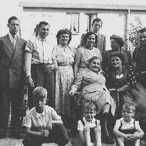 Familie Bloebaum 1956  staand van links naar rechts:  Gerrit Bloebaum, Henk Bloebaum, Lieske Bloebaum-Vromen, Tonny Bloebaum - Habets Kitty Wijnen - Bloebaum, Joep Zlobinsky, Trees Zlobinsky- Bloebaum  Achteraan: Jaap Bloebaum