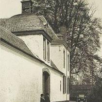 Op het woonhuis is met met muurankers het jaartal 1679 te lezen. Er staat ook een schuur met speklagen. Verder hoort er een kapel bij met een 18e eeuws altaar.