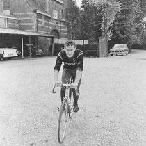 """Nederlandse wielerploegen deden veelvuldig """"De Dael"""" aan, tijdens trainingsritten in zuid Limburg, hier Rini Wachtmans van de Vredestein ploeg tijdens het WK wielrennen 1966"""