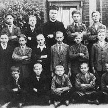 Rector op het Root met patronaatsjongens in 1927